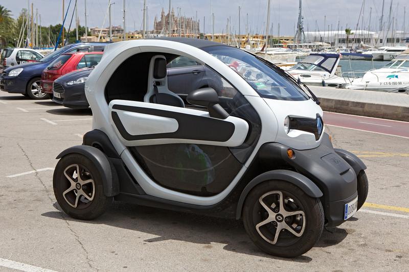 Renault Twizy with shopping marina Palma Mallorca 290614 ©RLLord 2681 smg