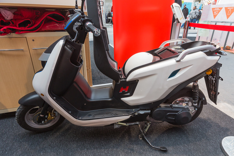 AAqius Stor-H hydrogen cartridge fuelled scooter