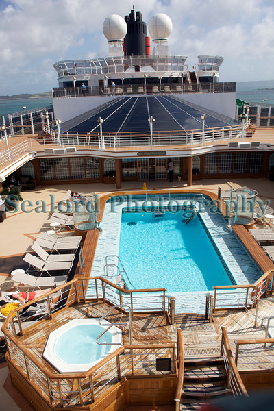 Queen Elizabeth cruise ship swimming pool 110911 ©RLLord 0605 smg