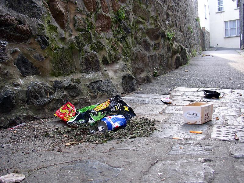 St Peter Port street litter 230605 704