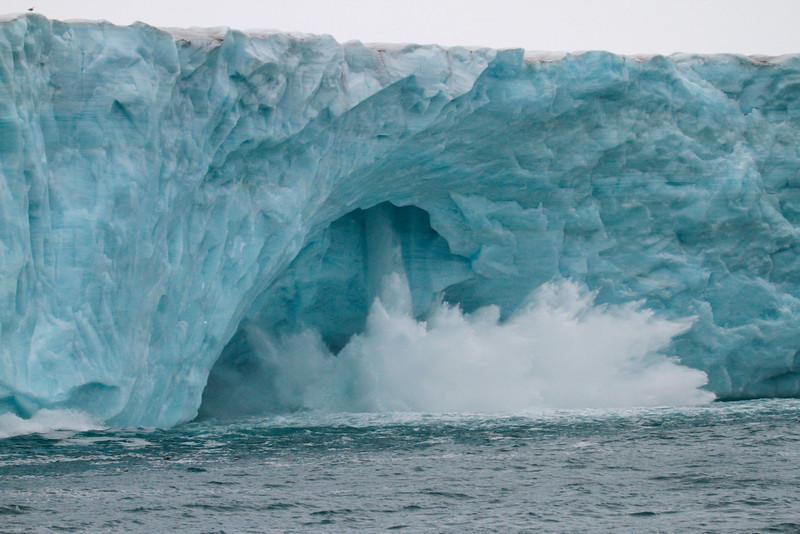 Ice calving off Brasvellbreen