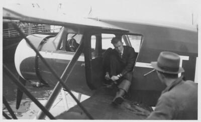 Agnar Kofoed-Hansen að afloknu flugi. Hann lærði að fljúga hjá danska flughernum og starfaði sem flugmaður í Danmörku og Noregi. Hann varð lögreglustjóri í Reykjavík á árunum 1940-47 og síðar flugmálastjóri.