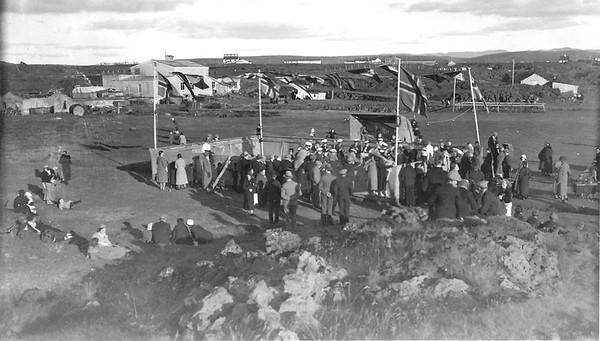 Sýningarsvæðið við Álafoss. Áhorfendur fylgdust oft með viðburðum úr brekkunni fyrir framan sviðið.