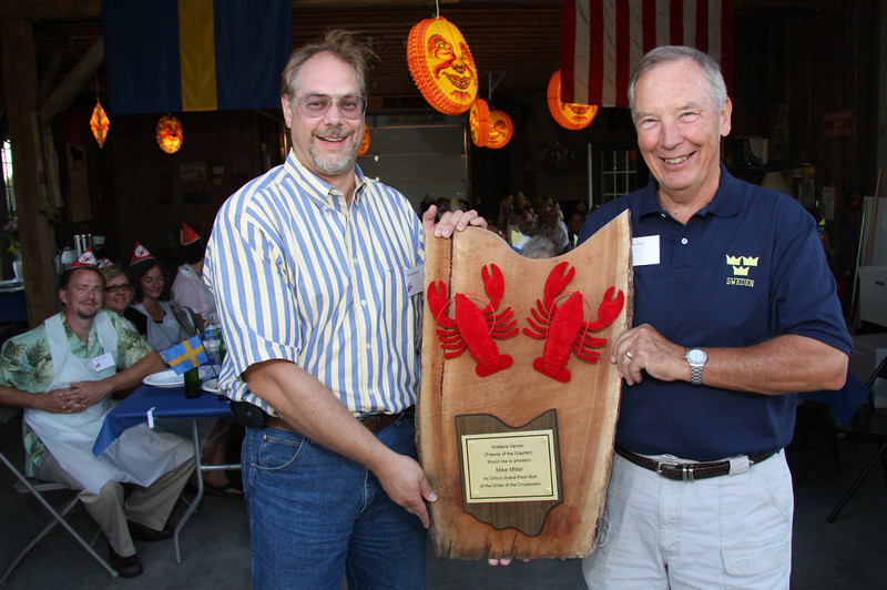 Matias Bonnier presenting Mike Miller with a Special Crayfish Award !