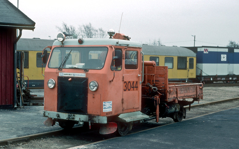 Banverket 3044 is in the small yard of the track maintenance company at Hasselholm on 7 November 1993