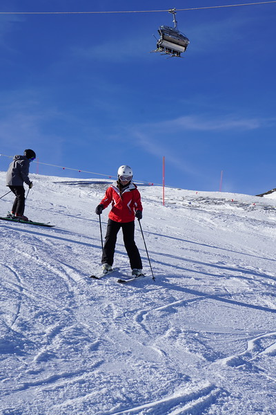Dasha and Ridley skiing in their lesson