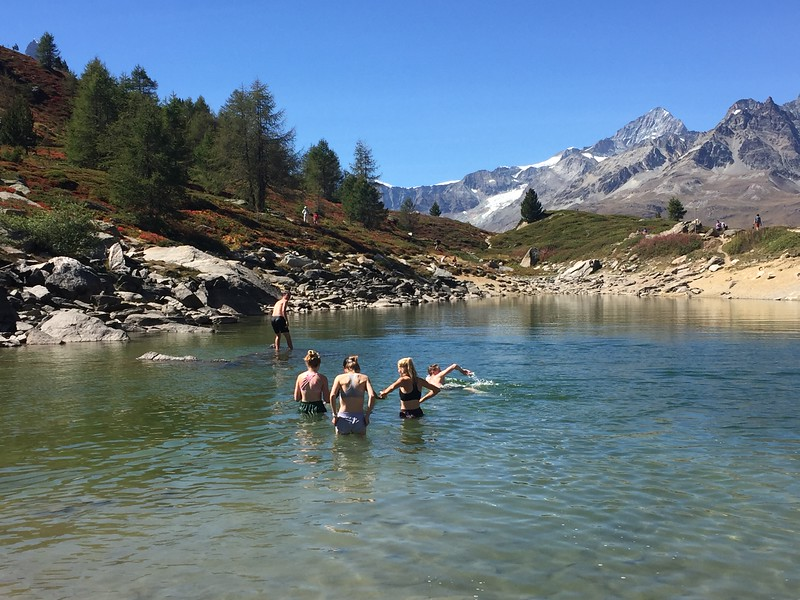 Swiss Semester students swimming in Grunsee