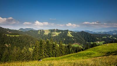 Links im Hintergrund der runde Hügel: der Napf