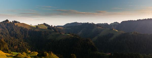 Die Sonne berührt die höher gelegenen, nach Osten gerichteten Hänge