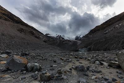 Gletscherschwund und Steinwüste: am Ende des Morteratschtales, am Fusse der Gletscherzunge. Links und rechts die Moränen, welche erahnen lassen, bis wohin der Gletscher mal reichte.