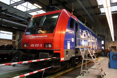 482 037 at Erstfeld on 8th September 2007