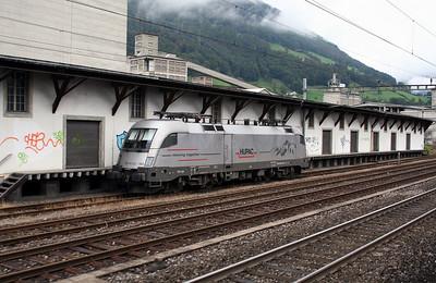 HUPAC, ES 64 U2 100 at Brunnen on 26th September 2006 (1)