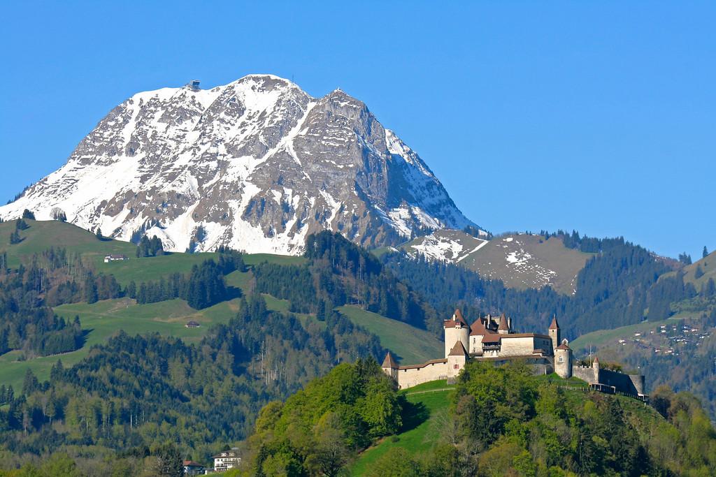 Gruyeres castle and Moleson / Château de Gruyères et Moléson