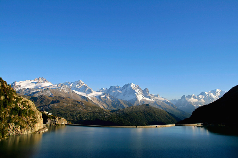 Emosson dam and view of the Mont Blanc Massif / Barrage d'Emosson et vue du massif du Mont Blanc