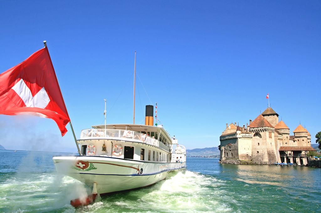 Paddle steamer by Chillon Castle / Bateau à vapeur approchant le château de Chillon