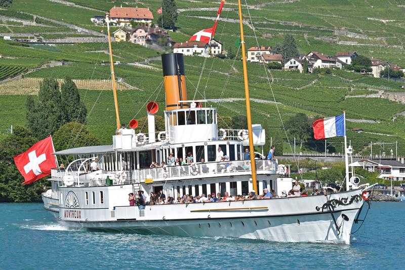 Lake Geneva paddle steamer / Bateau à aubes du lac Léman
