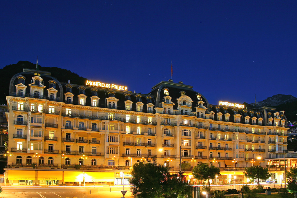 Montreux Palace at night / Montreux Palace de nuit