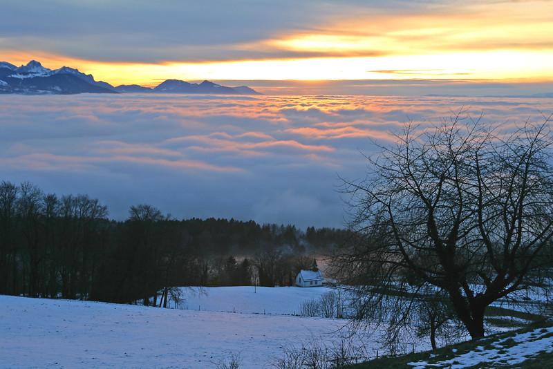 Sunset over the sea of clouds / Coucher de soleil sur la mer de nuages