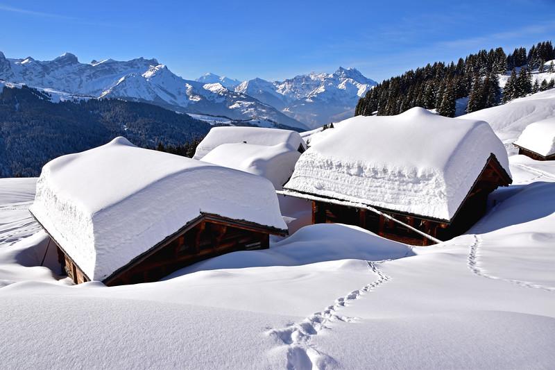 Chalets in snow, Villars / Chalets sous la neige, Villars