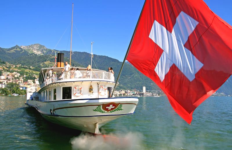 Paddle steamer in Montreux / Bateau à aubes à Montreux