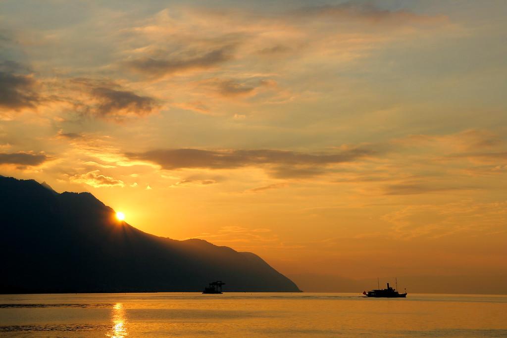 Paddle steamer at dusk / Bateau à aubes au crépuscule