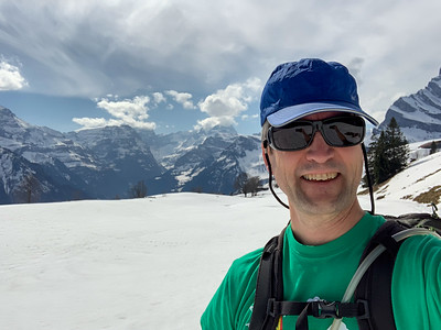 Winter hiking in t-shirt weather, from Braunwald to Schwanden.