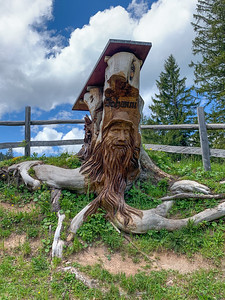 A beautifully carved stump announcing entrance to the farm behind.
