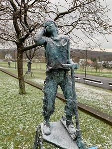 "Röthlisberger statue ""Handy""."