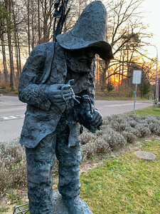"Röthlisberger statue ""dr Fäudmuser""."