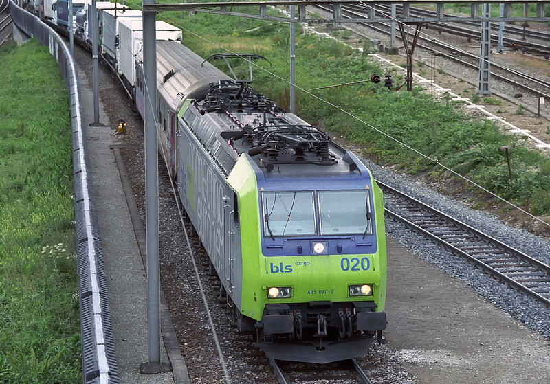 BLS Cargo 485.020 runs into Muttenz and takes the through roads with a 'rolling road' service for Domo 2 in Italy on 17 May 2007
