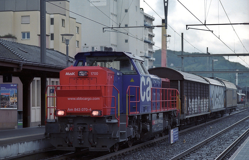During late afternoon a diesel from Muttenz yard comes out to Pratteln to work the industries on both sides of the line, having to nip back and forward between passenger and freight services. Am 843.070 does the honours on 16 May 2007