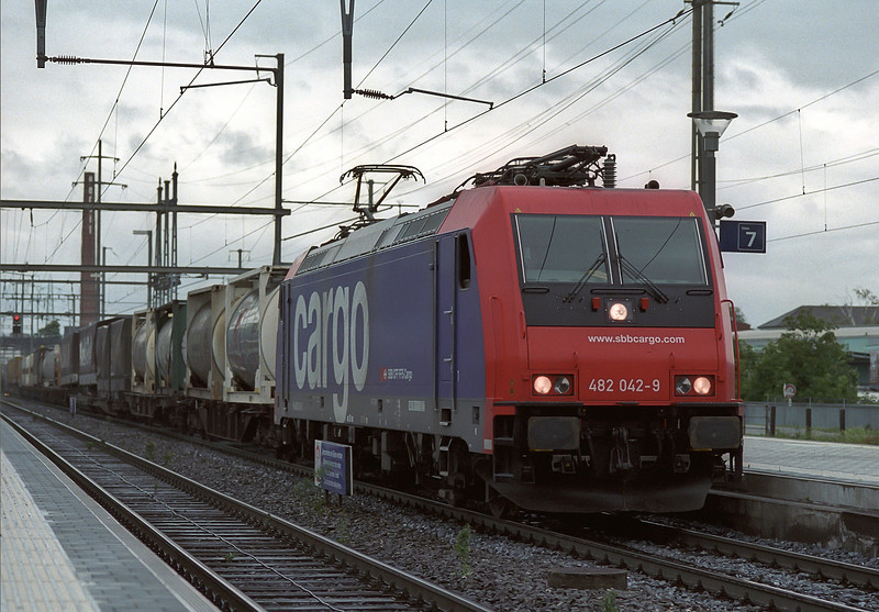 With a mix of intermodal loads SBB 482.042 heads east through Pratteln on 16 May 2007