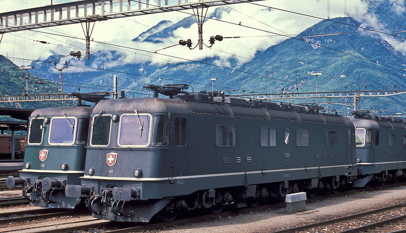 The respective front ends of Re4/4 II 11319 (left) and Re6/6 11688 'Linthal' can be compared in this photograph. The deeper cab roof of the Re6/6 is noticeable
