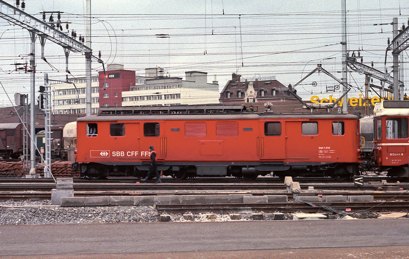 SBB Deh4/4 912 shunts an LSE unit in the yard at Luzern on 7 July 1988