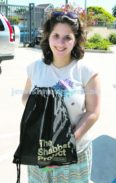 Members of the community collect Their Shabbat Project Show Bags from Moriah Preschool. Cheryl Plaut.