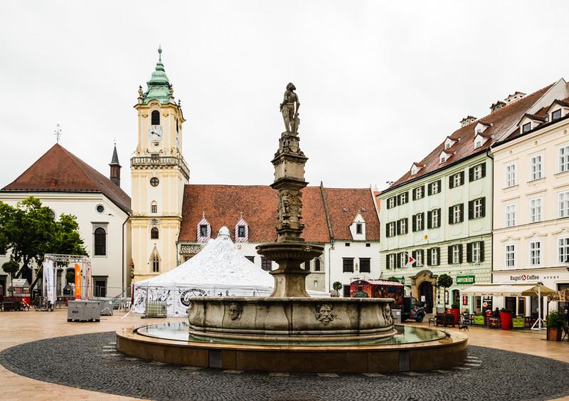 Roland Fountain-Hlavne square