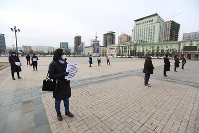 """2020 оны гуравдугаар сарын 31. Найман жил орон сууцаа хүлээж байгаа """"Сансар хотхон""""-ы оршин суугчид хотын даргад шаардлага хүргүүлж байна.ГЭРЭЛ ЗУРГИЙГ Г.САНЖААНОРОВ/MPA"""