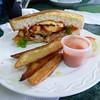 Sandwich de pollo y fritas