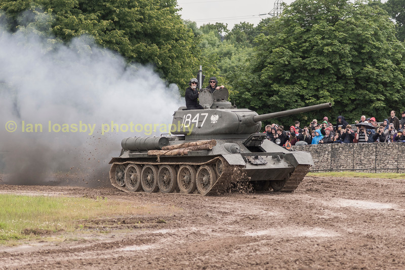 RUSSIAN T34 / 85 DEMONSTRATIN LAYING A SMOKE SCREEN