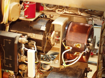 """The Voltage adjust rheostat, left, and variac on the right.   These are shaft coupled and  keep the """"head room"""" constant minimizing plate dissipation of the series regulators."""