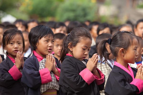 Children praying to Buddha