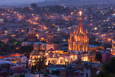 Mexico, San Miguel de Allende. La Parroquia de San Miguel Arcangel Church dominates the city at twilight.