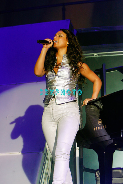 ATLANTIC CITY, NJ - MAY 31:  Alicia Keys performs in concert in the Etess Arena at Trump Taj Mahal, May 31, 2008 in Atlantic City, New Jersey.