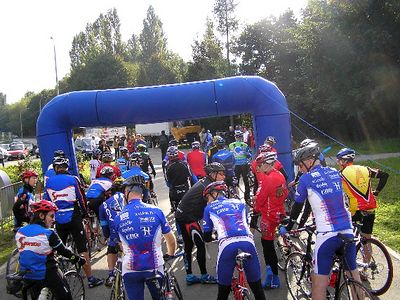 Global cyclists prepare for the start of the 2004 MS Global.  As part of the start, many pro cyclists join us for a portion of the day's ride.