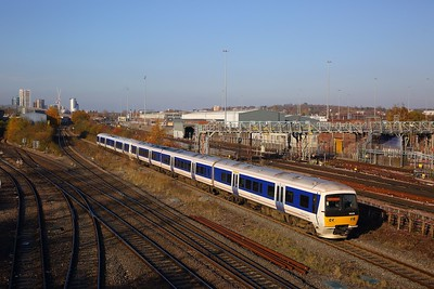 165036+165023 on the 2C12 0910 Aylesbury Vale Parkway to London Marylebone at Neasden south junction on the 18th November 2018
