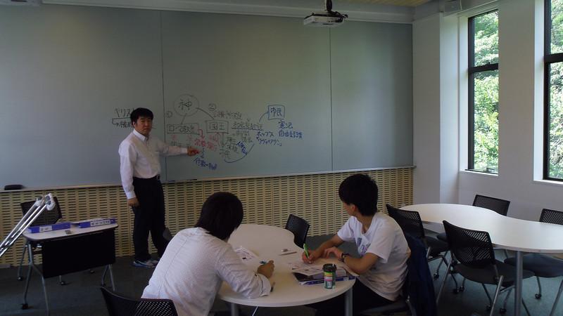 嘉悦大学にて。田邉先生と参加学生の皆様。公務員試験対策講座のワンシーン。