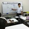 過去問・類題演習会の様子 解説講義・渋川共同代表講師による経済学解説中