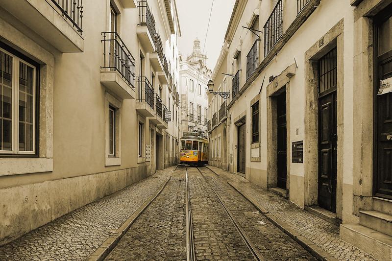Alley of Alfama  -  Ruelle d'Alfama  -  Lisbon