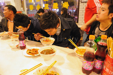 中 国 ... Eating... China - ©Rawlandry