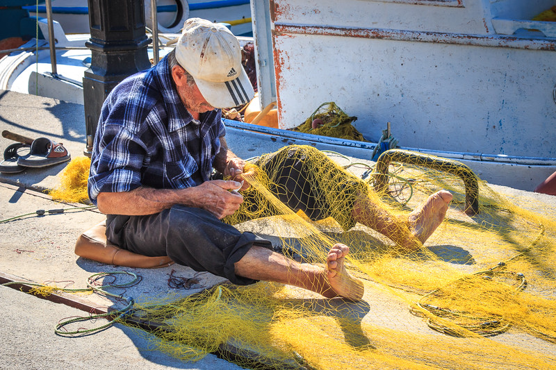 126 - Kalymnos - Fishermen fixing the nets
